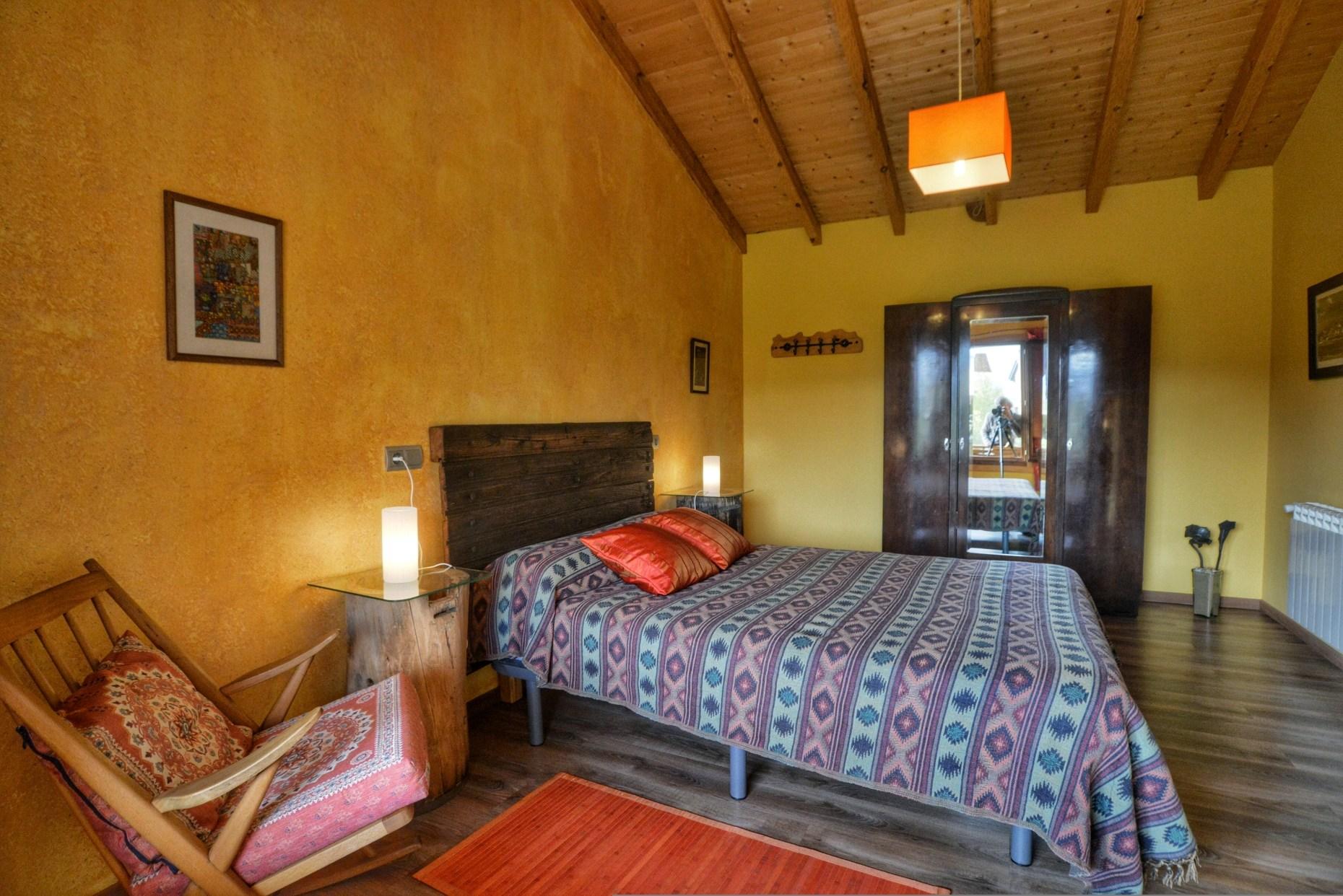 Casa rural El Encanto - El Mayulon - Amplia habitación dormitorio amarilla