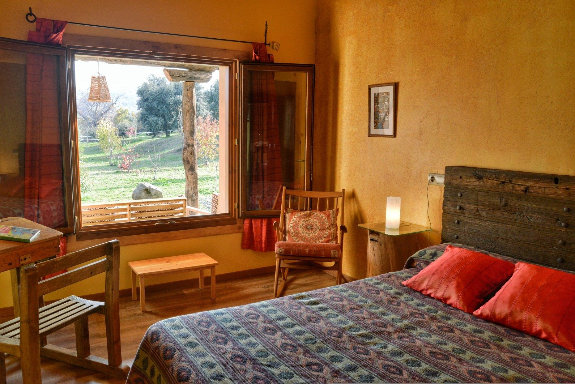 Casa rural El Encanto - El Mayulon - Habitacion dormitorio amarilla con vistas a El Bierzo