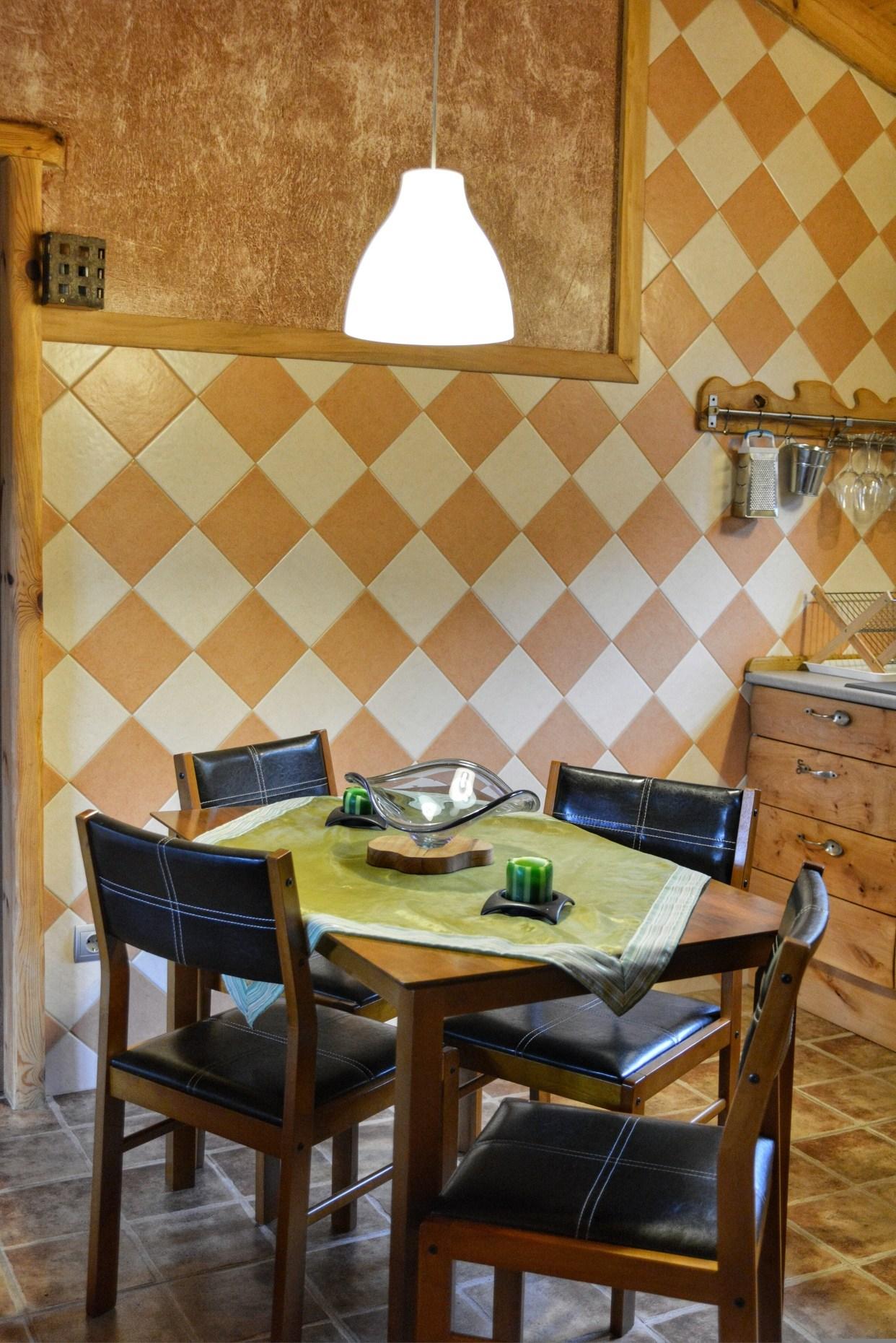 Casa rural La Magia - El Mayulon - Mesa de cocina con decoracion rustica y artesana artesana